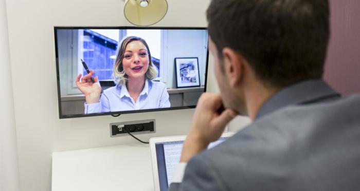 ein Geschäftsgespräch mit Kollegen führen, weicher Hintergrund von Skype