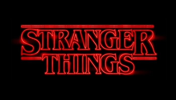 Stranger Things, schwarzer Hintergrund, rote Buchstaben, die leicht leuchten
