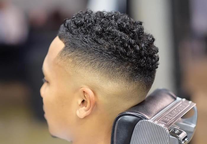 Haare selber schneiden oder zum Frisör gehen, Haarschnitt kurz stufig, lockige Haare, Mann von hinten fotografiert