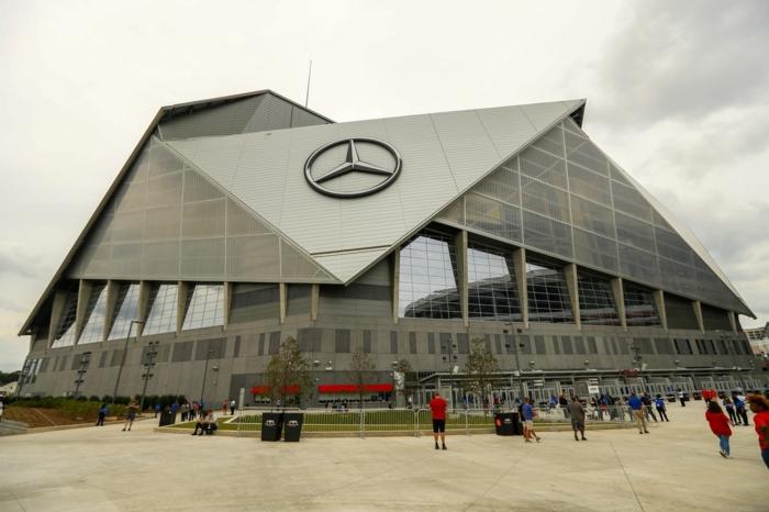 ein Gebäude in grauer Farbe, ein Logo von Automarke, wo Super Bowl dieses Jahr stattfindet