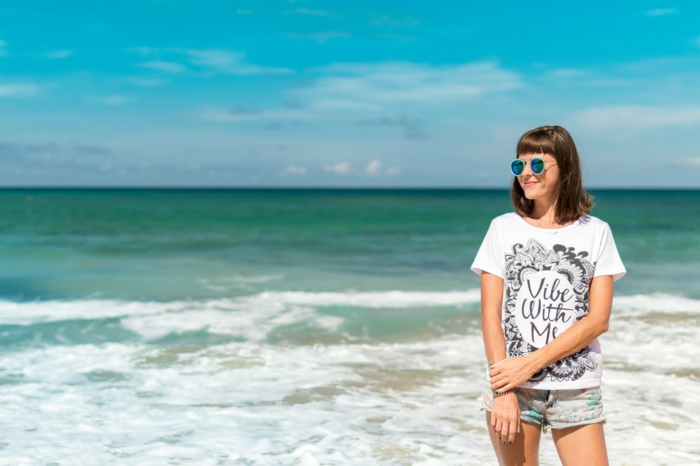 meer und ein mädchen am strand, eine junge frau mit einem weißen t-shirt