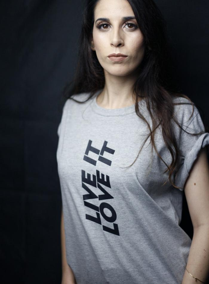 t-shirt bedrucken, eine junge frau mit einem grauen t-shirt und schwarzen augen