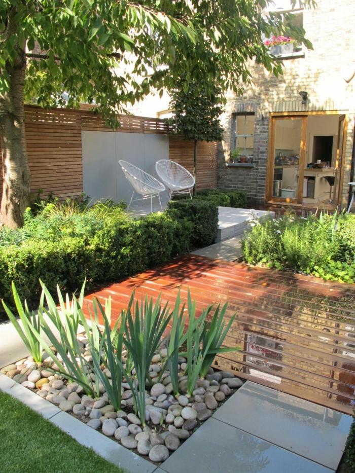 Terrassendiele, Kleine Steine und Beete, niedrige Hecke, zwei weiße Stühle, Gartengestaltung Beispiele
