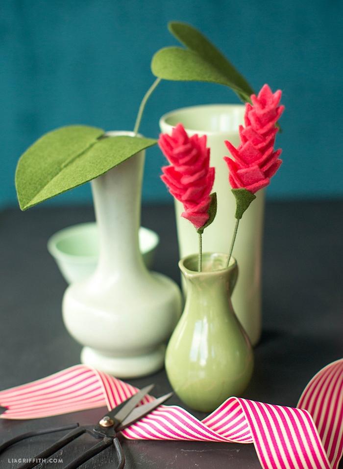 Handgemachte rote Blumen aus Filz in grünen Vasen, Ideen für kreative Tischdekoration