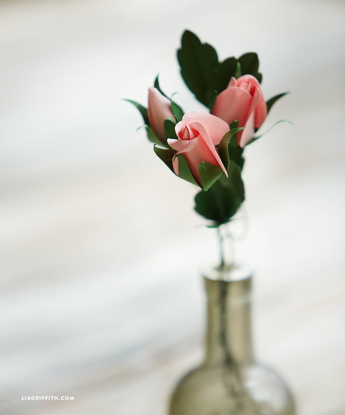 Handgemachte Rosen aus Papier in Glasflasche, DIY Ideen für erstaunliche Tischdekoration