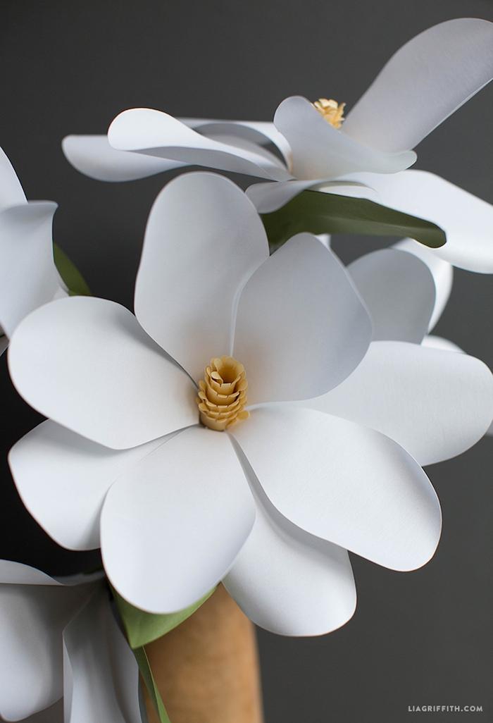 Schöne weiße Blumen aus Papier, Blumenstrauß aus Papier zum Muttertag schenken