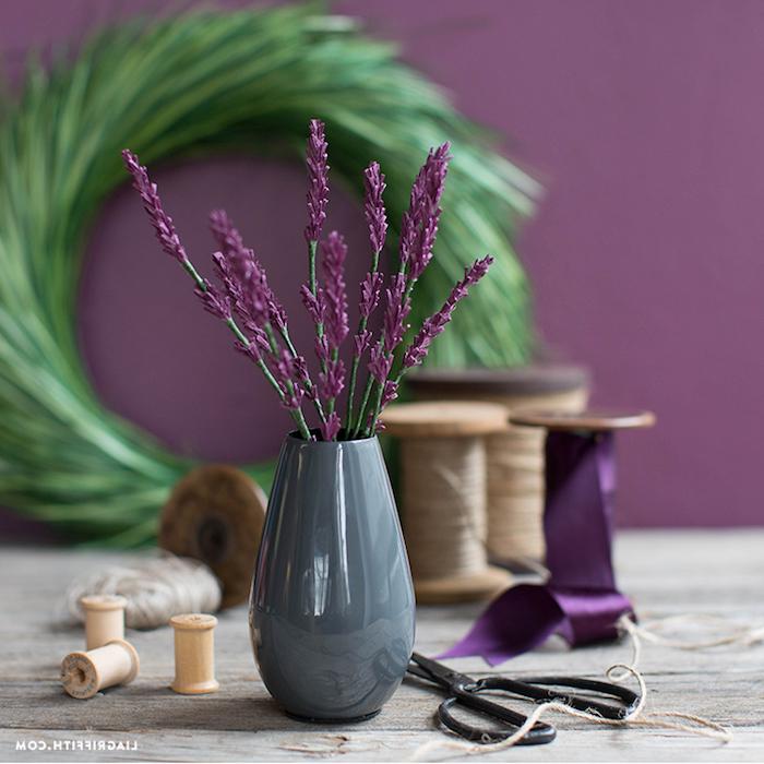 Lavendel aus Papier selber machen, in grauer Vase, Idee für schöne DIY Tischdekoration