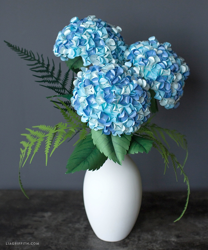 Hortensien aus Papier selber machen, in weißer Vase, Idee für DIY Tischdekoration
