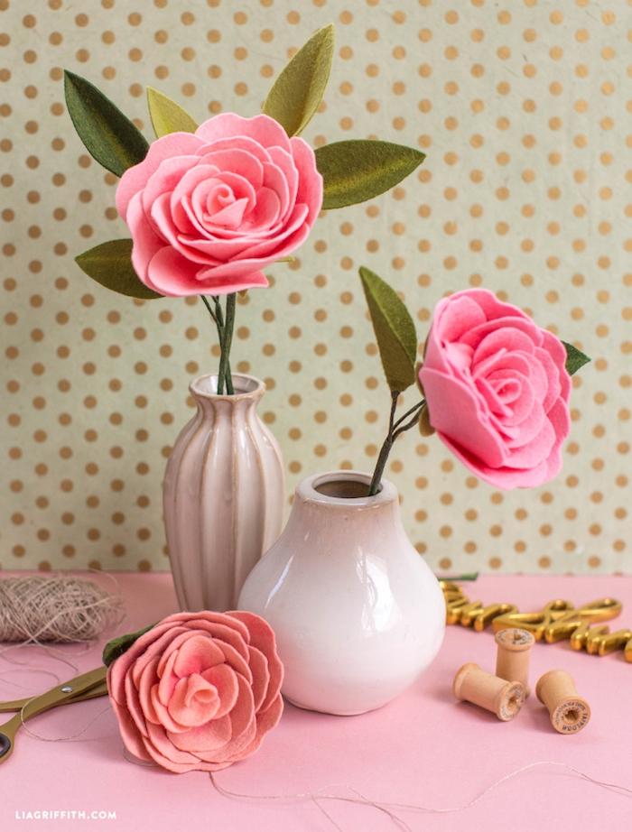 Handgemachte Rosen aus Filz in weißen Vasen, schöne Dekoration fürs Zuhause
