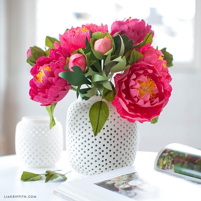 Pfingstrosen aus Krepppapier in weißer Vase, Blumen basteln, DIY Ideen und Anleitungen