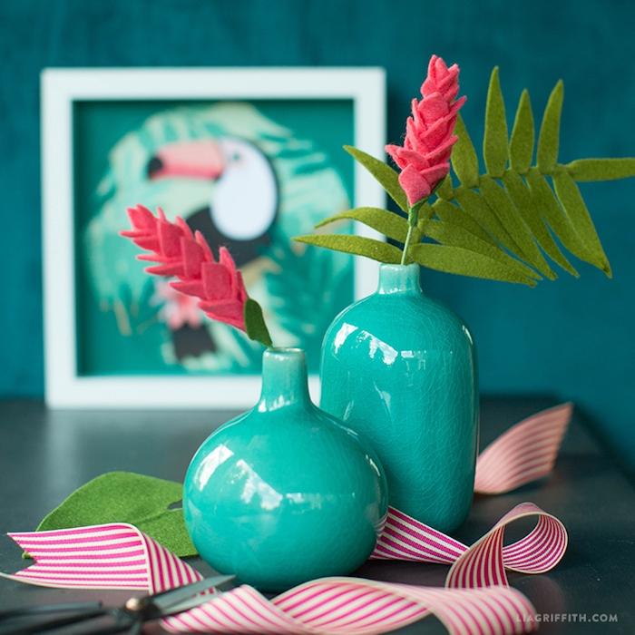 DIY Deko Ideen für Zuhause, Blumen aus Filz in blauen Vasen, gestreiftes Band in Rot und Weiß