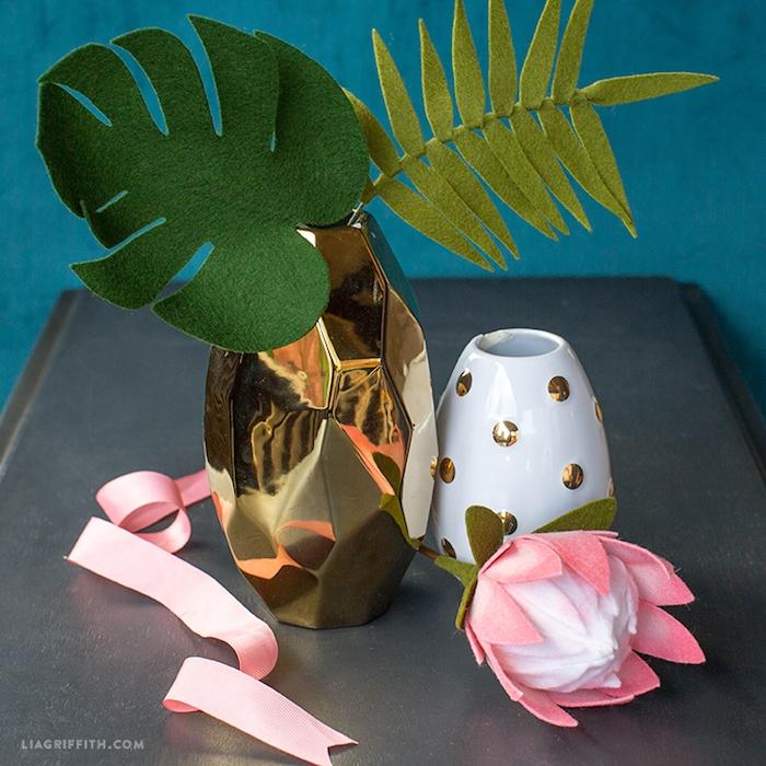 Blüten und Blätter aus Filz basteln, Tischdekoration selber machen, für Frühlingsdeko zu Hause