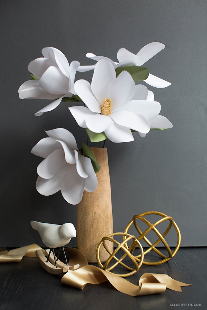 Weiße Blumen aus Papier in Holzvase, Idee für stilvolle Tischdekoration für Hochzeit oder andere Feier