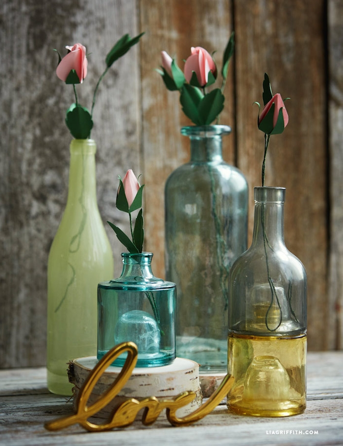 Handgemachte Rosen aus Papier in Flaschen, kreative DIY Ideen für schöne Tischdekoration