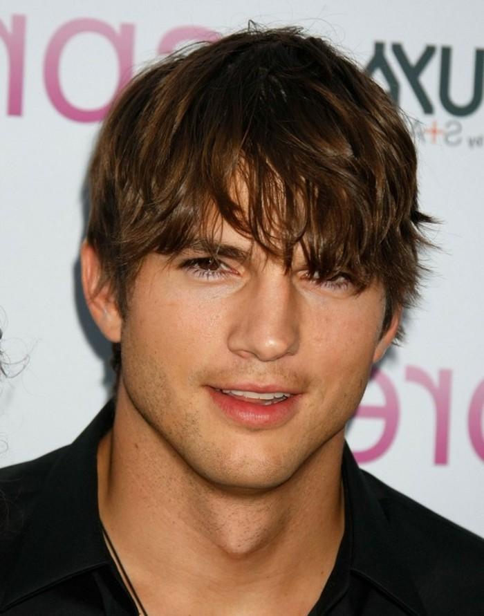 undone look haarstyle inspo von ashton kutcher, mittellange haare lässig tragen glatt rasierter mann