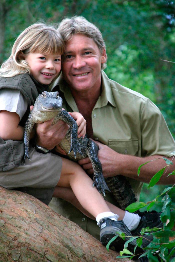 ein baum in der dschungel mit vielen grünen pflanzen, der crocodile hunter irwin und sein sohn und ein kleiner grüner krokodil