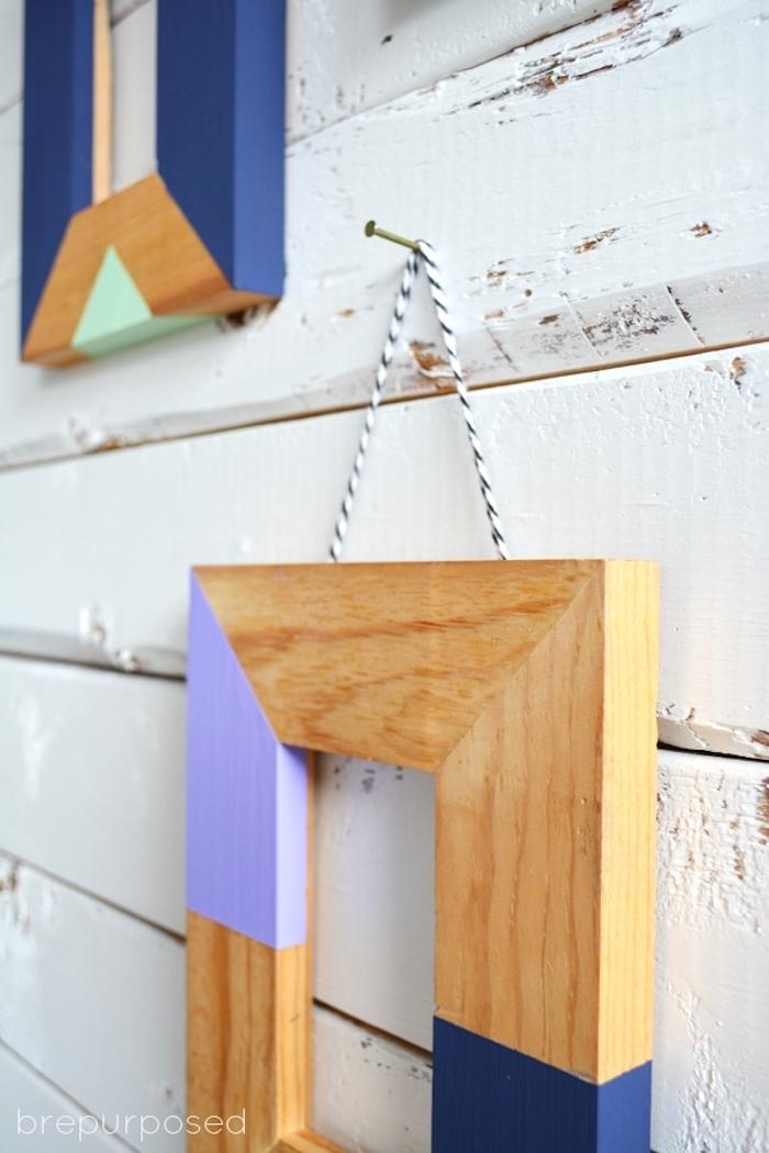 Selbstgemachter Bilderrahmen an der Wand, Rahmen aus Holz mit Acrylfarben bestreichen