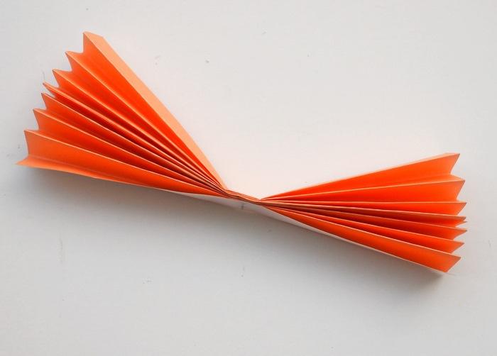Bastelanleitungen, einfache Idee für jeden, oranges Papier falten und basteln, was kommt daraus