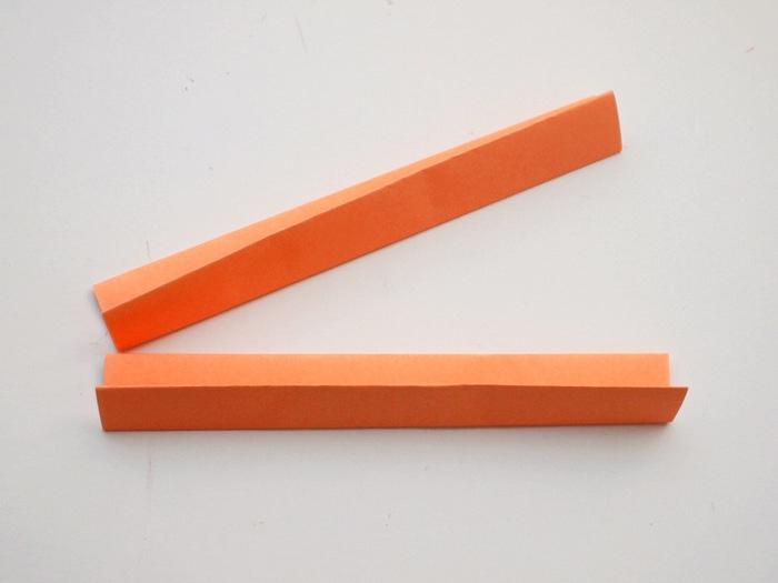 Bastelanleitungen, ein DIY Projekt aus Papier für Kinder gedacht, oranges Papier falten