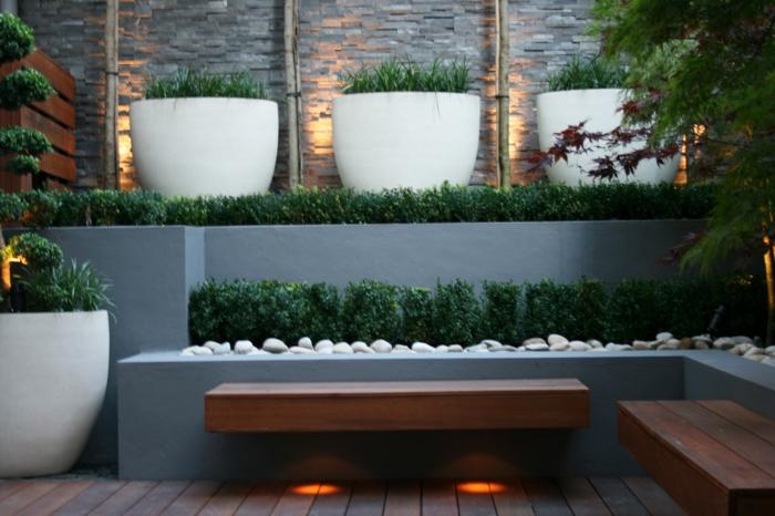 vier weiße Blumentöpfe, Kies, zwei Bänke, Led Beleuchtung, Gartengestaltung modern