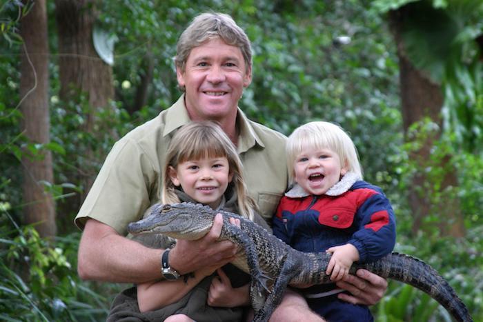 der krokodiljäger steve irwin und seine zwei kleine kinder in der dschungel und ein kleiner grüner krokodil, viele grüne pflanzen