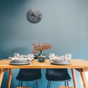 Esszimmer einrichten: Welche Vorteile bietet ein Esstisch aus Massivholz?