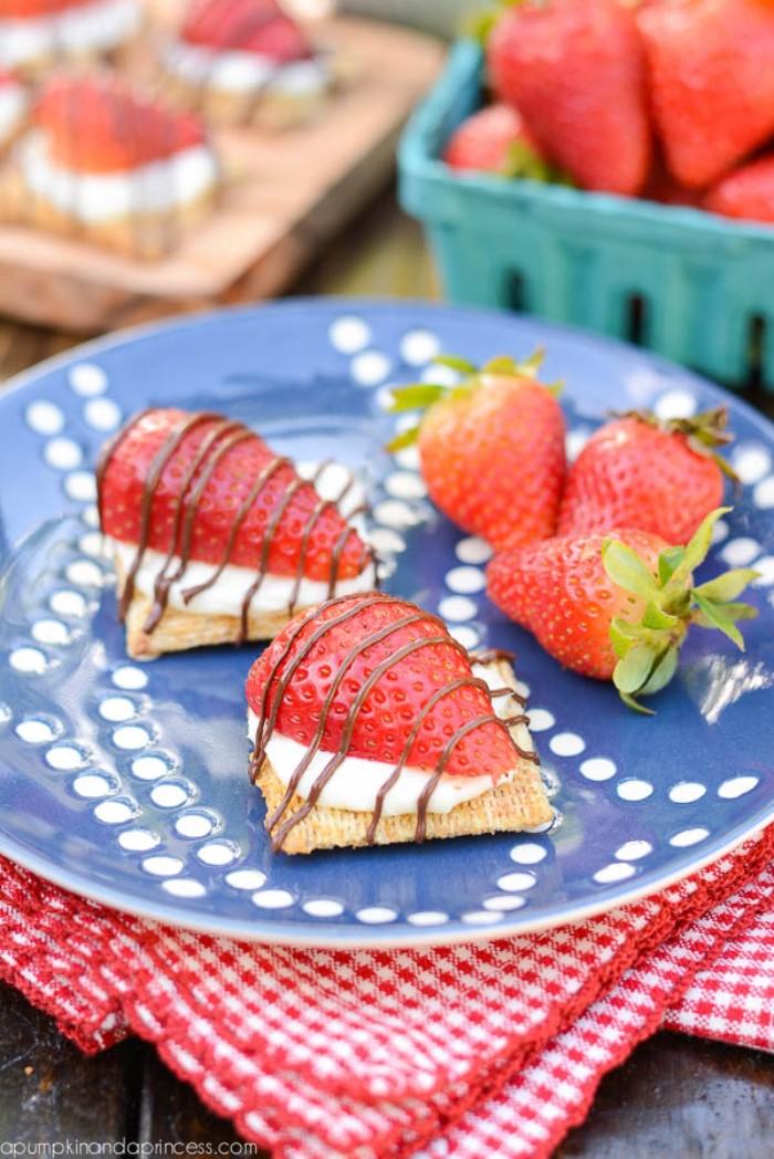 yogurette torte selber machen ideen erdbeer schnitte kleine bisse mit keks, yogurt creme und beeren schoko deko