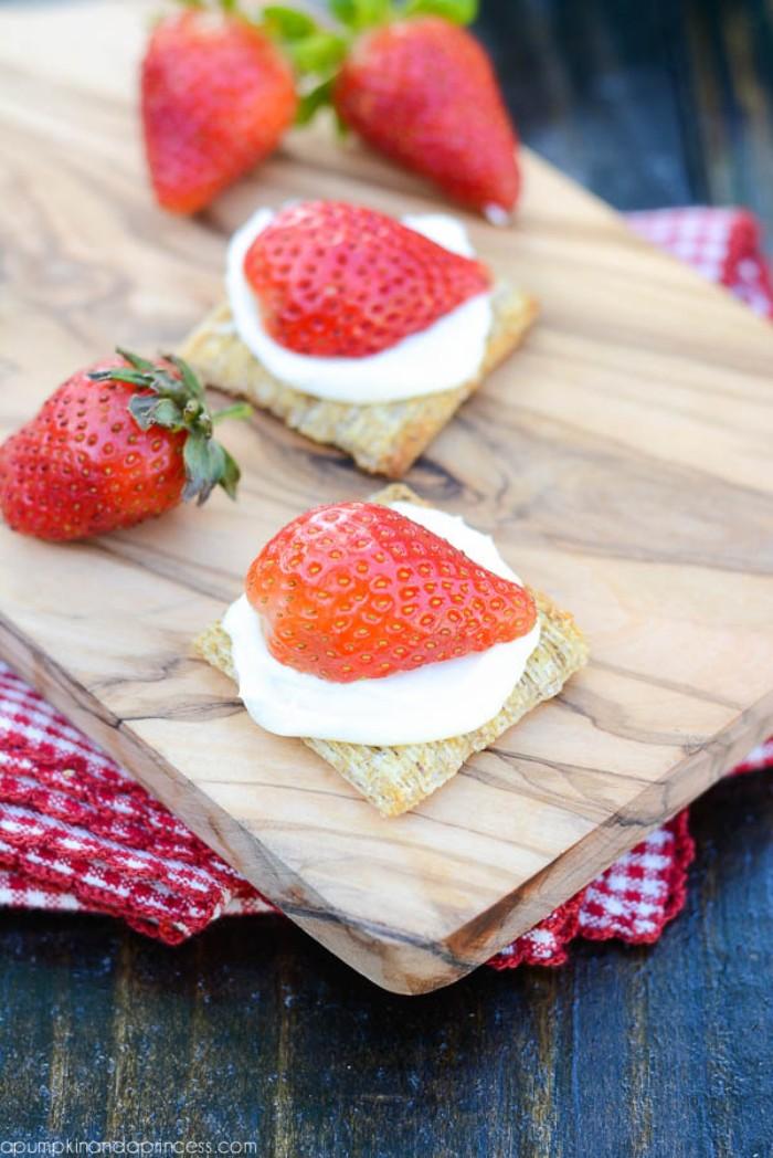 erdbeer joghurt torte, kleine häppchen, party rezepte für süßigkeiten, erdbeeren,