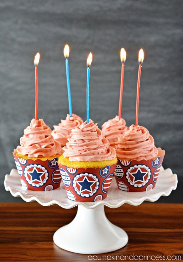 yogurette kuchen zum geburtstag, deko kerzen, ideen zum ausprobieren, muffins dekorieren