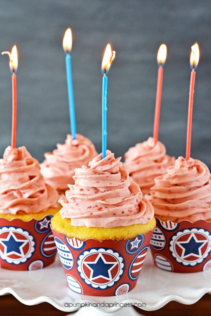 yogurette kuchen in kleiner form, muffins dekorieren und damit freunden überraschen, kerzen
