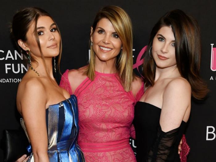 drei Frauen mit schönen Kleider und schöne Frisuren, Olivia Jade in blauem Kleid, ihre Mutter in rotem Kleid
