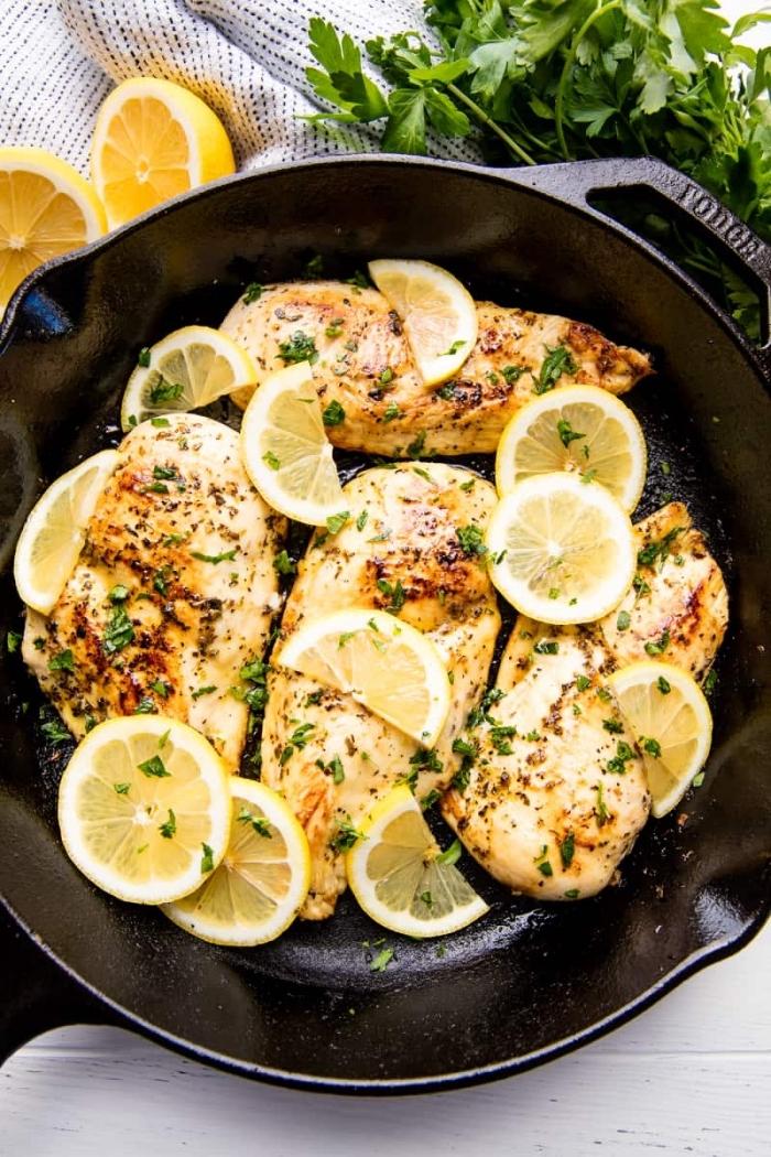 abendessen ohne kohlenhydrate, einfaches rezept, hühnerbrüste mit zitronen und gewürz