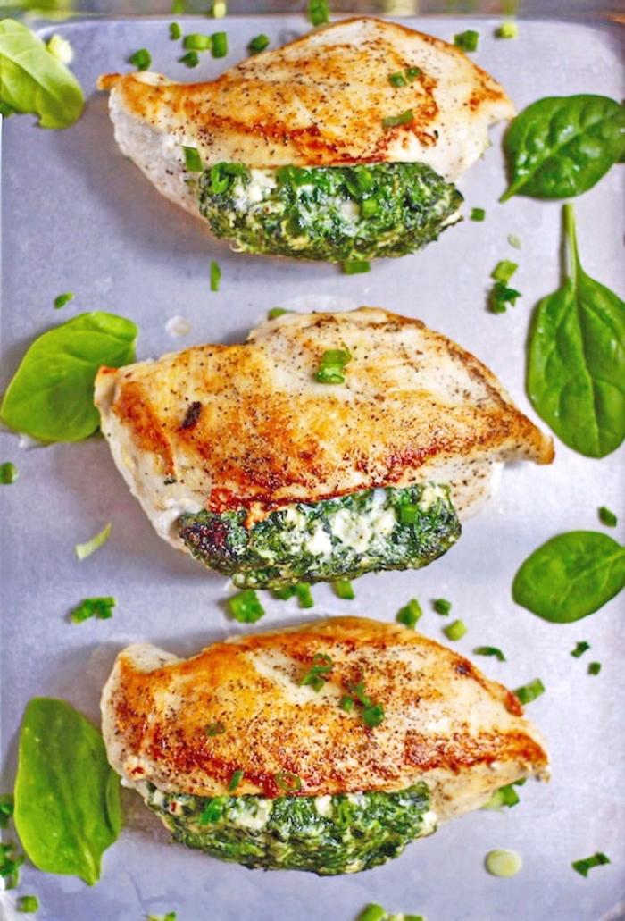 abendessen ohne kohlenhydrate, hühnerbrust gefüllt mit mozzarella und spinat
