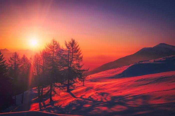 ein Bild beim Sonnenuntergang über die Berge, eine rote Sonne, ein hohes Gebirge, schöne Profilbilder
