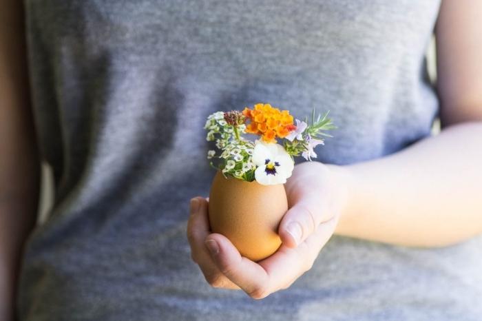 selbstgemachte osterdeko, bastelideen mit anleitung, diy vase aus eierschale, kleine frühlingsblumen