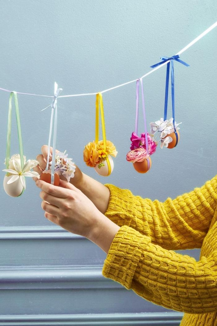 bastelideen mit anleitung, hängende dekorationen, vasen aus eierschalen, blaue wand, gelber pulli