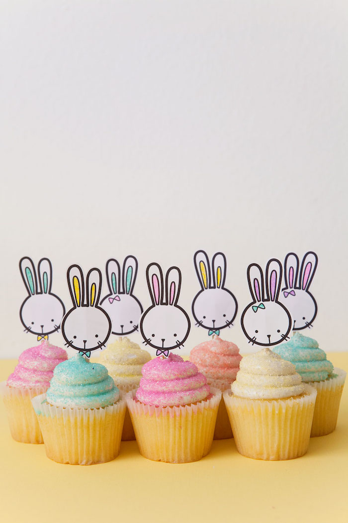 Kleine Osterhasen aus Papier an Stäbchen befestigen, Cupcakes zu Ostern dekorieren
