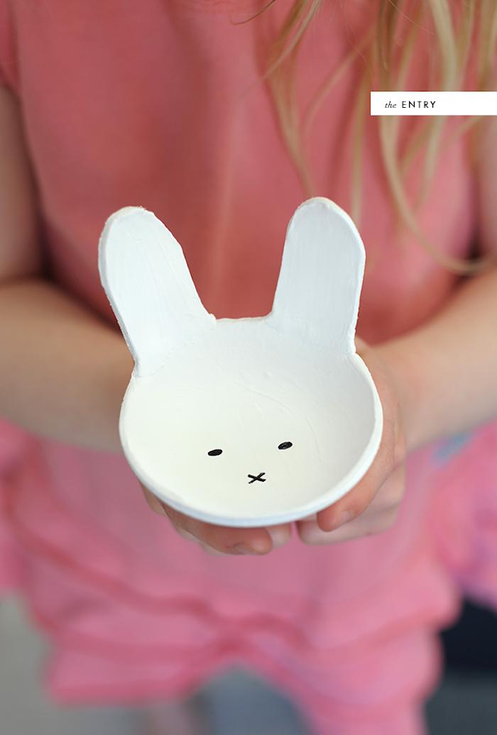 Kleine weiße Schüssel in Form von Hase aus Modelliermasse selber machen, DIY Idee für Ostern
