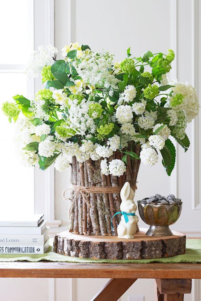 basteln mit holz, diy vase aus birkenholz, großer blumenstrauß, weiße blumen, tischdeko ideen