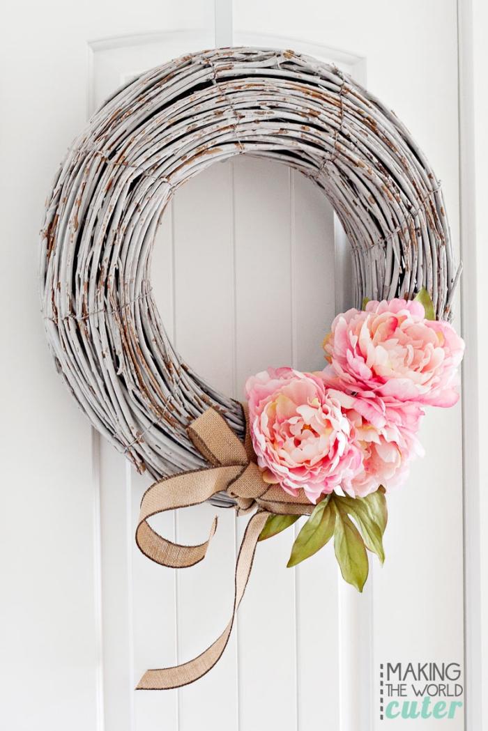 basteln mit holz, türkranz aus birkenholz dekoriert mit rosa blumen und schleife aus leinen