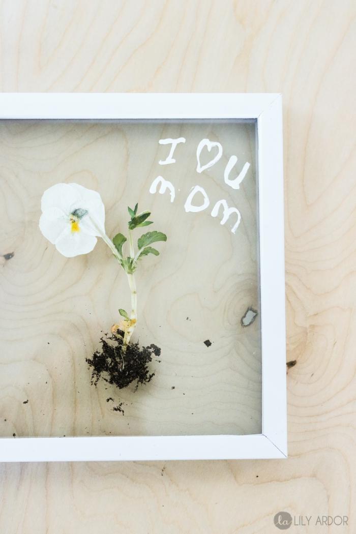 basteln mit indern unter 3, kleine weiße blume, transparentes bild, diy geschenk, weißer bilderrahmen