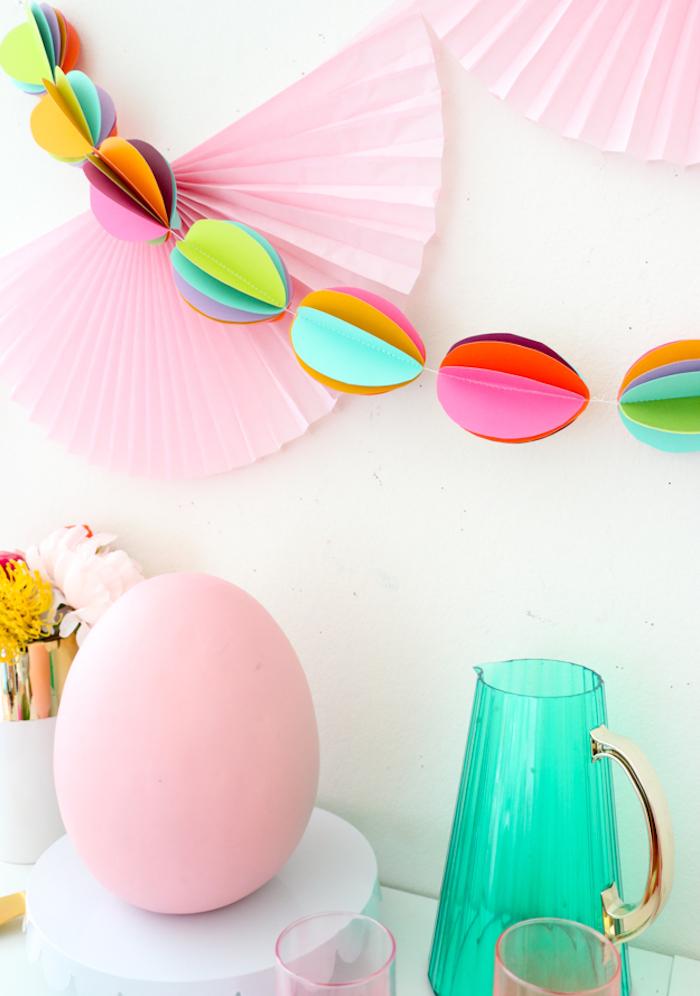 Osterdeko selber machen, DIY Ideen zum Nachmachen, Girlande mit bunten Ostereiern aus Papier