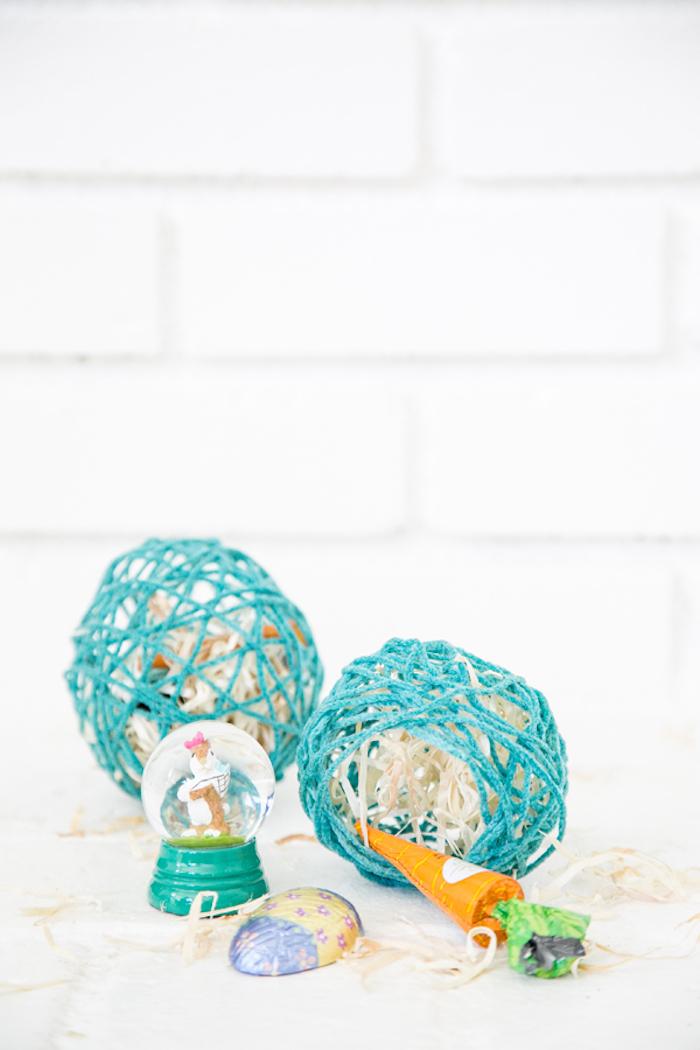 Ostereier aus Garn selber machen, mit kleinen Ostergeschenken oder Süßigkeiten füllen
