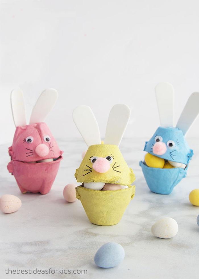 Bunte Osterhasen aus Eierkarton selber machen, mit kleinen Bonbons füllen, Ostergeschenke für Kinder