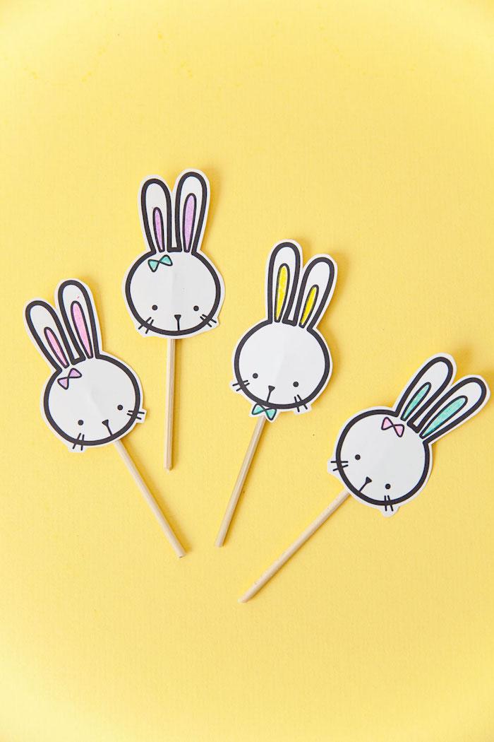 Kleine Osterhasen aus Papier ausschneiden, an Stäbchen befestigen, einfache Bastelideen zu Ostern