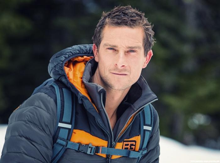 Bear Grylls mit einer strengen Miene, die erste Episode kämpft er mit Schnee