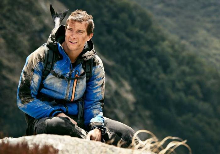 der kühne Bear Grylls klettert Berge und geht große Fische angeln