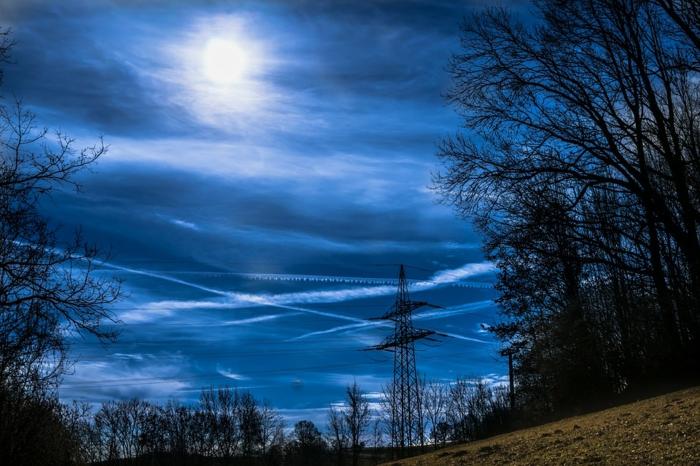 ein blauer Himmel mit Mond, die Welt bei Dämmerung, schöne Profilbilder zum Facebook