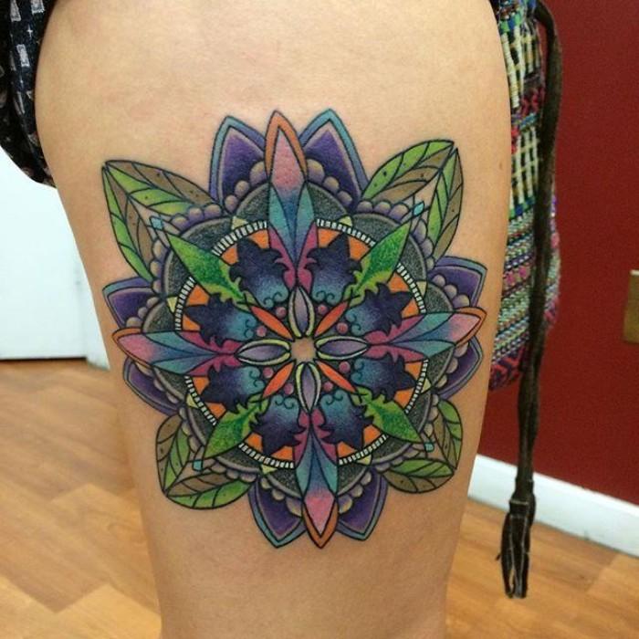 lebensblume mit schönem bunten design, blau, grün, rot und lila, tatoo mit farben gestalten, beintattoo