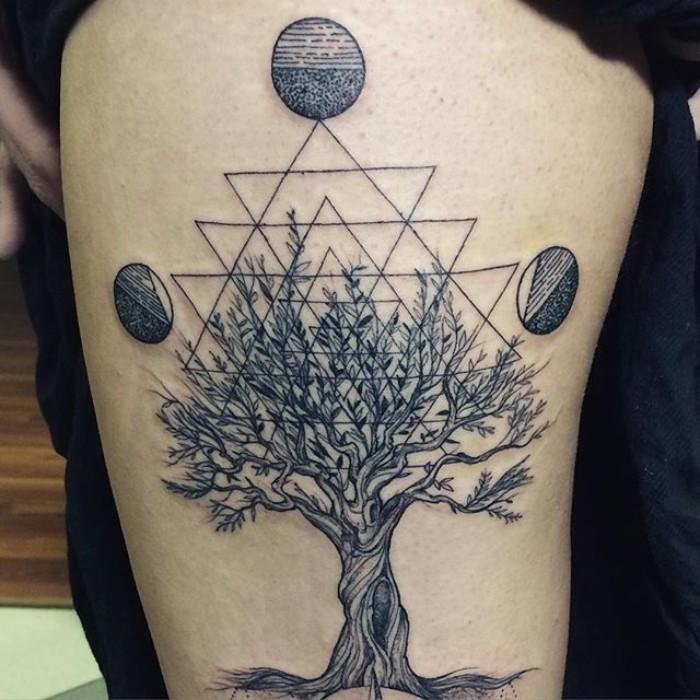 lebensblume in form von einem baum, dreieck, geometrisches tattoo und drei planeten an den drei spitzen von der figur